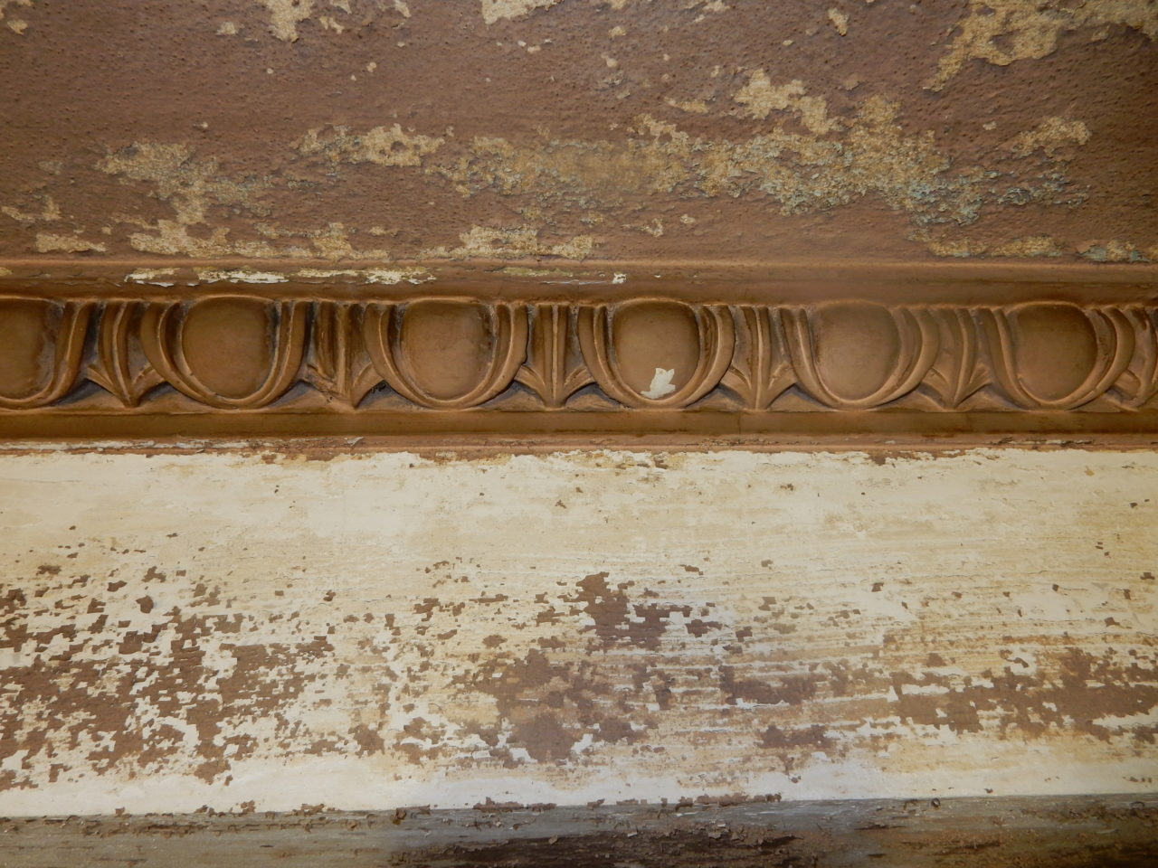 Egg and dart moulding located in ceiling